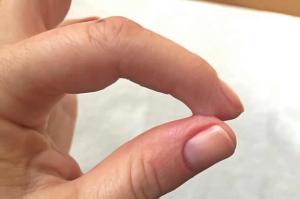 glue sur les doigts