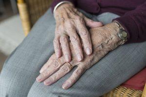 Quels sont les principaux avantages et inconvénients du maintien à domicile