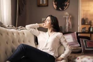 canape de salon en cuir blanc