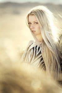 femme avec cheveux blond
