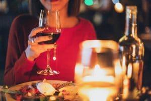 vin rouge sur pull en laine