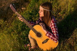 fille qui joue de la guitare