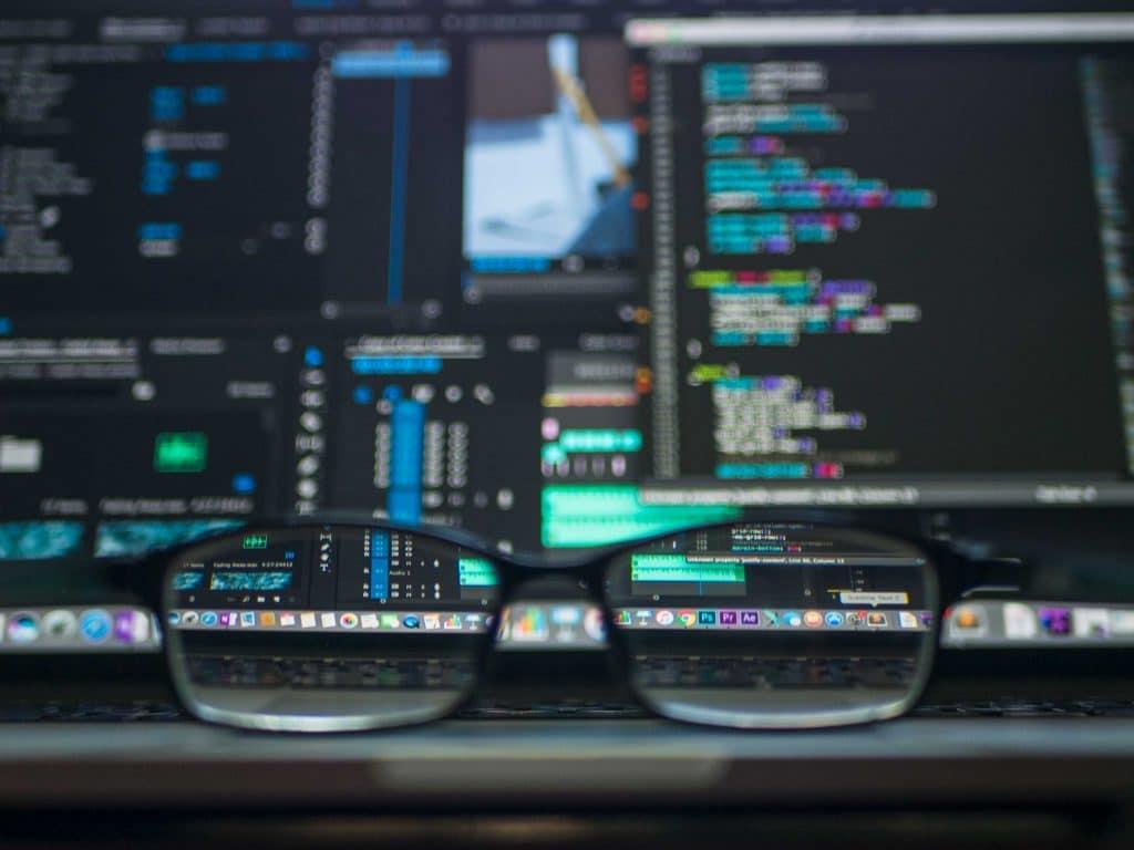 lunettes posées devant un ordinateur